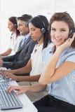 Werknemers die op hun computers typen Stock Afbeeldingen