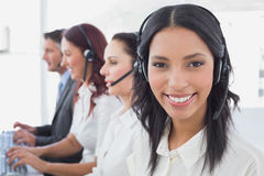 Werknemers die op hun computers typen Stock Foto