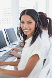 Werknemers die op hun computers typen Stock Fotografie