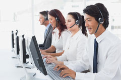 Werknemers die op hun computers typen Royalty-vrije Stock Foto's