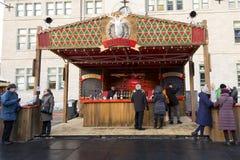 Werknemers en patroons bij de de Winterbar tijdens de Duitse Kerstmismarkt stock afbeelding