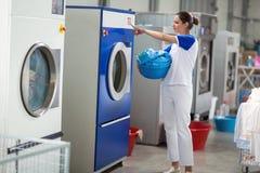 Werknemers met inbegrip van wasmachines stock afbeeldingen