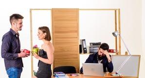 Werknemersonderbreking Partners die van gesprek in middagpauze genieten terwijl collega die op achtergrond werken Twee stock afbeeldingen
