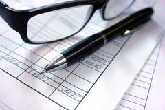 Werkomgeving op de lijst in het bureau, berekeningen Financiële gegevens stock afbeeldingen