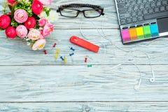 Werkplaats: laptop, glazen en bloemen Stock Afbeelding