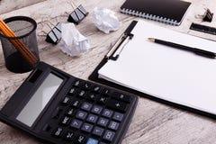 Werkplaats met bureauhulpmiddelen en gadgets Kop van koffie op een lijst Te ontwikkelen tablet, laptop, telefoon en camera zich stock foto