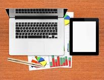 Werkplaats met digitale tablet en laptop Stock Foto's