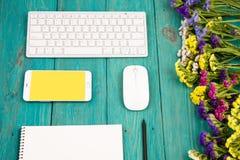 Werkplaats met draadloos slank toetsenbord, muis, slimme telefoon, notep stock afbeelding