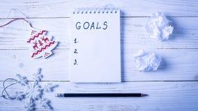 Werkplaats met een agenda, decoratie en giften Nieuwjaar` s lijst o Stock Afbeelding
