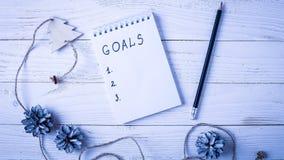 Werkplaats met een agenda, decoratie en giften Nieuwjaar` s lijst o Stock Fotografie