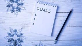 Werkplaats met een agenda, decoratie en giften Nieuwjaar` s lijst o Stock Foto's