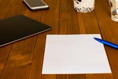 Werkplaats met een leeg document en een blauw potlood stock foto's