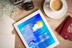 Werkplaats met tabletpc die weervoorspelling tonen Royalty-vrije Stock Afbeeldingen