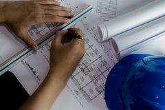 Werkplaats van architect - Architectenbroodjes en plannen architecturaal stock afbeeldingen