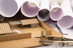 Werkplaats van architect - bouwtekeningen, schaalmodel en hulpmiddelen stock foto
