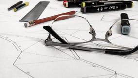 Werkplaats van een stuk speelgoed ontwerper De tellers, de heerser, de pen en het potlood zijn op de tekening stock foto's