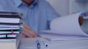 Werkplaatsbeeld met Manager Browsing Financial Documents en Boekhoudingsdocumenten stock video