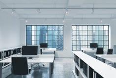 Werkplaatsen in een helder modern bureau van de zolderopen plek De lijsten zijn uitgerust met moderne computers; boekenplanken Pa royalty-vrije illustratie