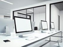 Werkplaatsen in modern bureaubinnenland het 3d teruggeven Royalty-vrije Stock Afbeelding