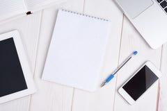 Werkplaatszaken laptop, tabletpc, mobiele telefoon, notitieboekje, p Stock Fotografie