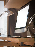 Werkruimte met het lege scherm op houten lijst het 3d teruggeven Royalty-vrije Stock Foto