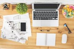Werkruimte met lege gadgets en schets stock foto