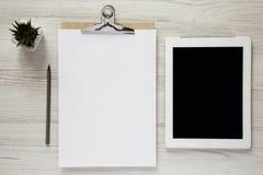 Werkruimte met noticepad, potlood en tablet, luchtmening Hoogste mening royalty-vrije stock afbeelding