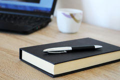 Werkruimte met notitieboekje, koffie, pen en document Royalty-vrije Stock Foto