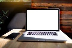 Werkruimte nieuw project als achtergrond op laptop computer met leeg c Stock Afbeeldingen