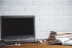 Werkruimte van bedrijfs de mens of student - laptop, notitieboekjes, pen, boeken, oortelefoons op houten bureau royalty-vrije stock afbeeldingen
