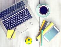 Werkruimtelaptop de mobiele koffie van de blocnotekop op houten lijst Stock Foto's