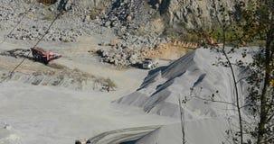 Werkschema binnen een mijnbouwsteengroeve, zware machines in een steengroeve stock videobeelden