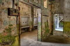 Werkstätten in einem verlassenen Gefängnis Stockbild