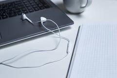 Werkstation met laptop hoogste mening royalty-vrije stock afbeelding