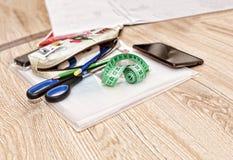 Werkstatt nähend, schneiden Sie die Tabelle, Damenschneiderin, Muster, Zeichnungen, stockbild