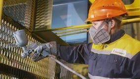 Werkt de zijaanzicht jonge werknemer in masker met pulverizer stock videobeelden