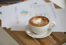 Werktag und Kommunikationssitzung mit Kaffee Stockbilder