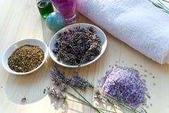 Werktuigen voor aromatherapie met handdoek en lavende stock fotografie