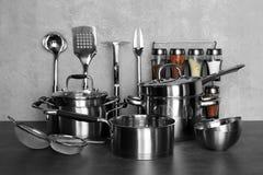 Werktuigen voor het koken van klassen op lijst stock afbeeldingen