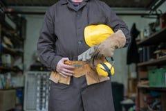 Werktuigkundige in de slotenmakerworkshop Een werknemer terwijl het werken bij royalty-vrije stock foto