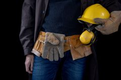 Werktuigkundige in de slotenmakerworkshop Een werknemer terwijl het werken bij royalty-vrije stock afbeelding