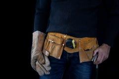Werktuigkundige in de slotenmakerworkshop Een werknemer terwijl het werken bij stock foto's