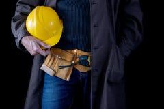 Werktuigkundige in de slotenmakerworkshop Een werknemer terwijl het werken bij royalty-vrije stock fotografie