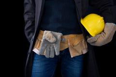 Werktuigkundige in de slotenmakerworkshop Een werknemer terwijl het werken op het werk royalty-vrije stock foto's
