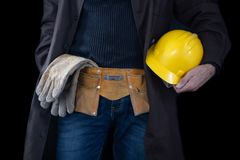 Werktuigkundige in de slotenmakerworkshop Een werknemer terwijl het werken op het werk stock foto's