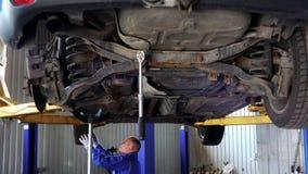 Werktuigkundige, die de de periodieke inspectie of mot test van de voertuigveiligheid onderzoeken stock video