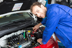 Werktuigkundige die een auto in een workshop of een garage herstellen Royalty-vrije Stock Foto's