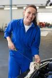Werktuigkundige die de olie van auto controleren Royalty-vrije Stock Fotografie
