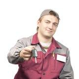 Werktuigkundige die een autosleutel geeft Stock Afbeelding