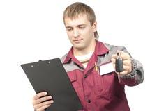 Werktuigkundige die een autosleutel geeft Stock Fotografie